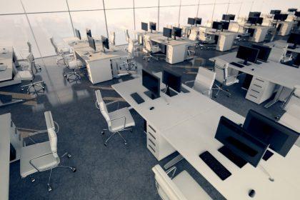Widok z góry na open space gęsto zastawiony biurkami zgrupowanymi w klastrach.