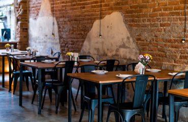 Meble restauracyjne w loftowym stylu