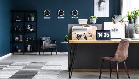 Pokój biurowy w mieszkaniu z biurkiem w nowoczesnym stylu
